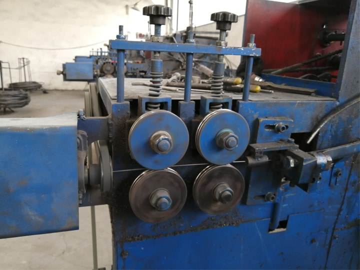 Wire pressing wheel to prevent bending during the manufacturing process of the hanger